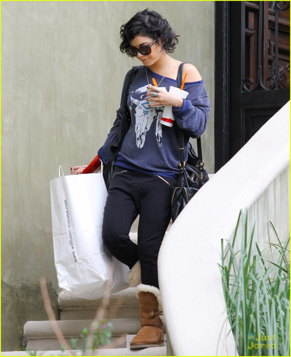 vanessa hudgens airport breakers 01