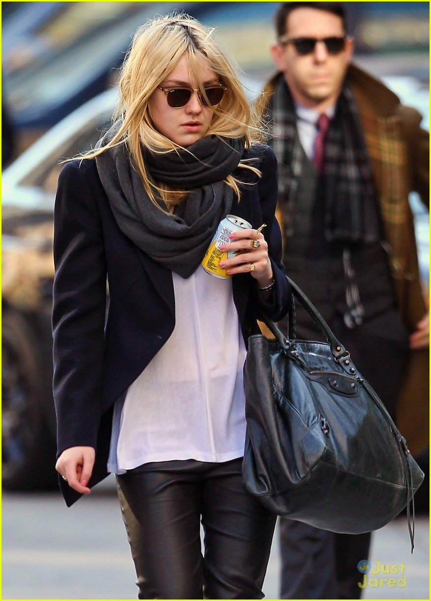dakota fanning bundle nyc 02