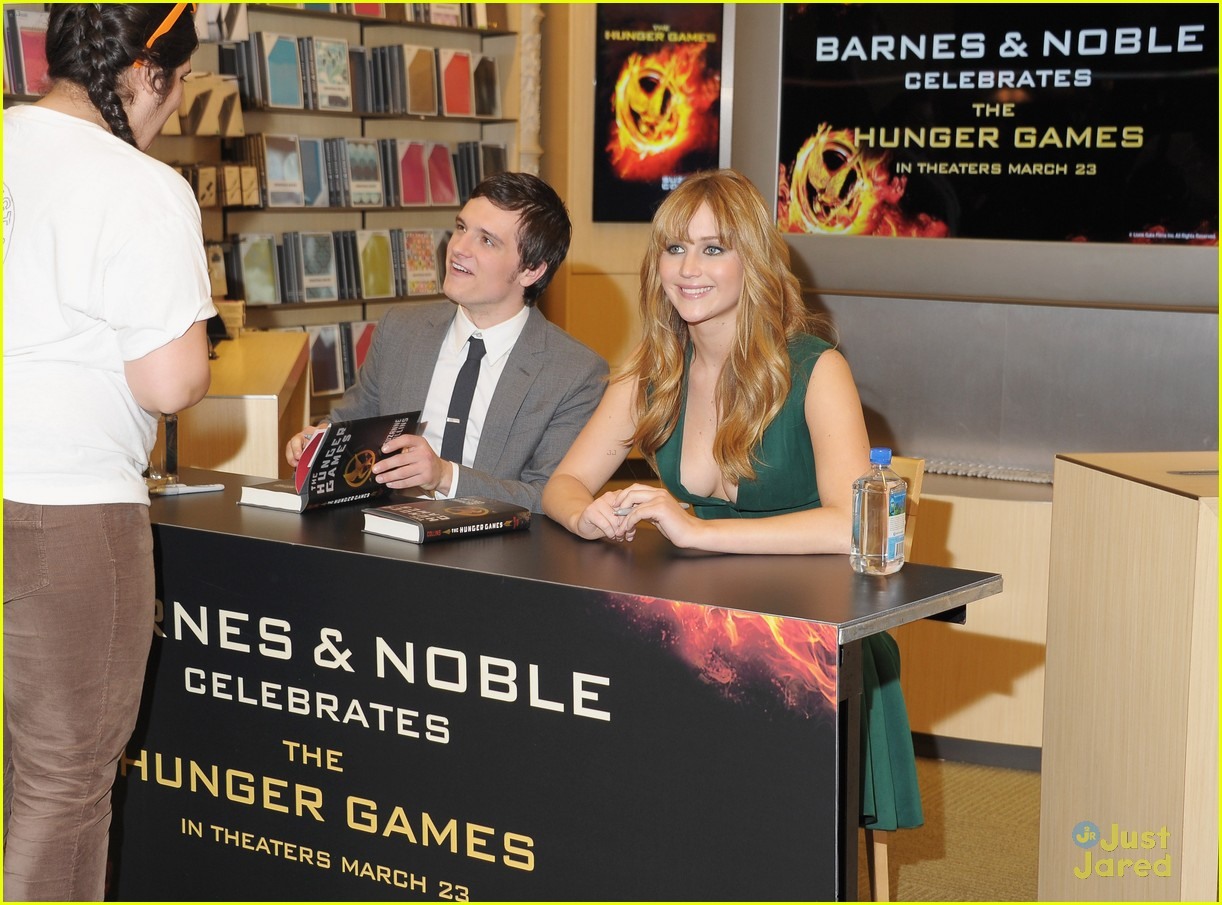 josh hutcherson jen lawrence bn signing 02