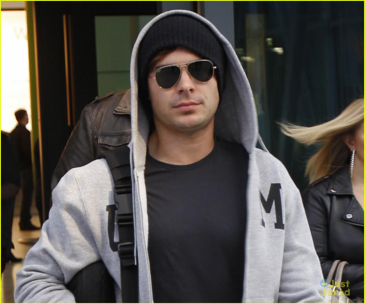 zac efron london landing 02