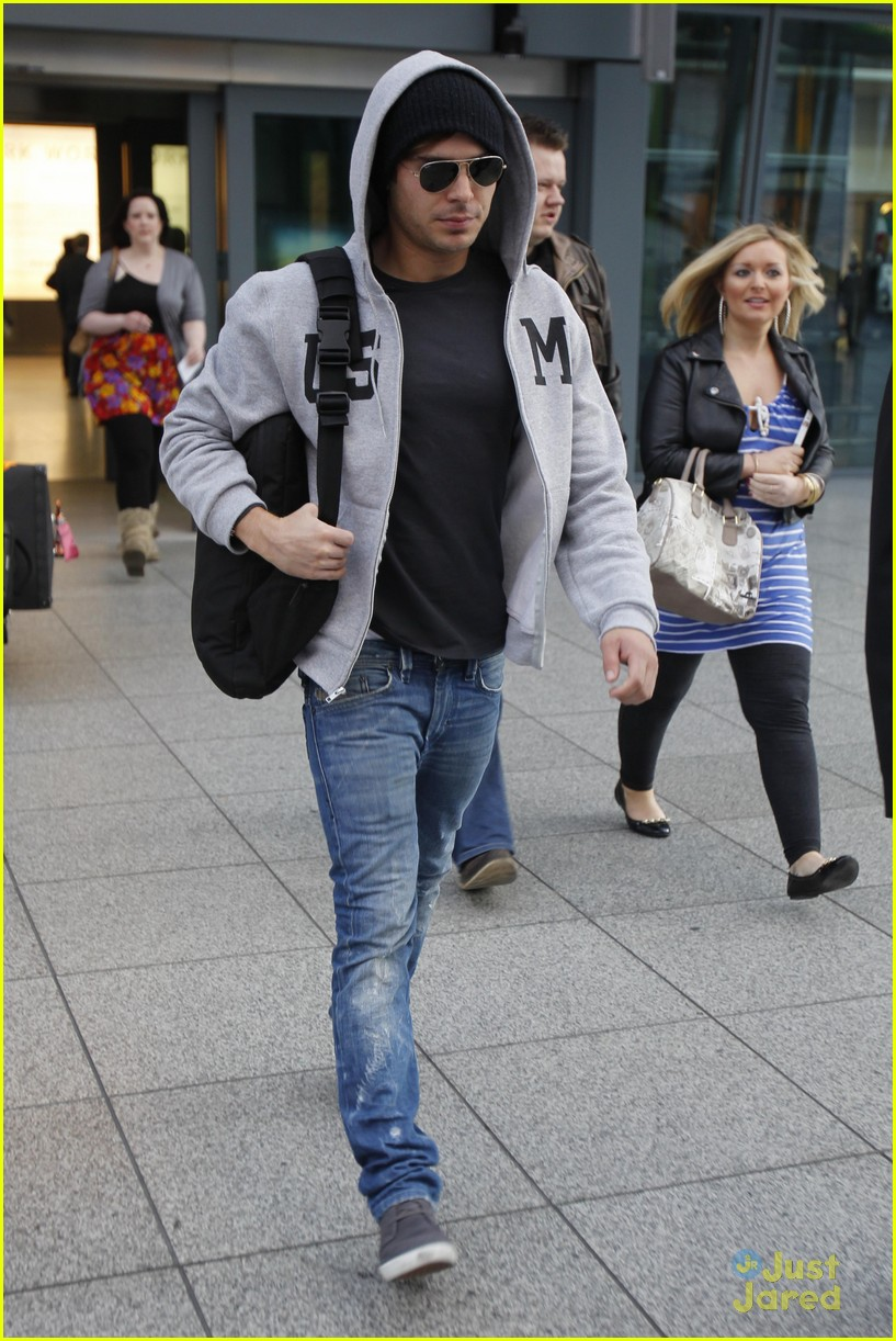 zac efron london landing 03