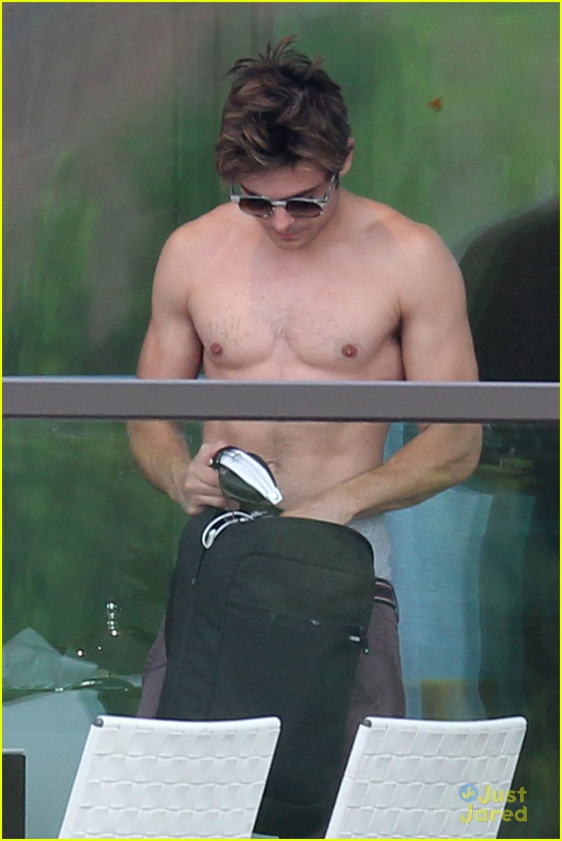 zac efron shirtless in sydney 02