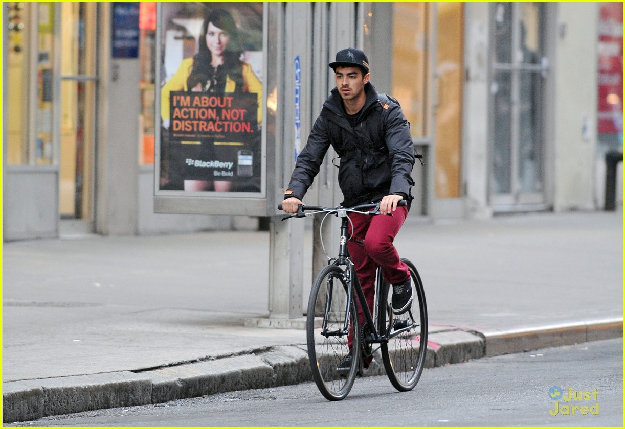 joe jonas bicycle big apple 09