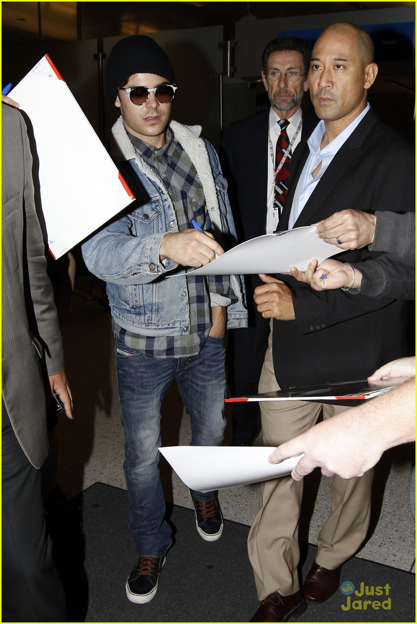 zac efron hand injury 06