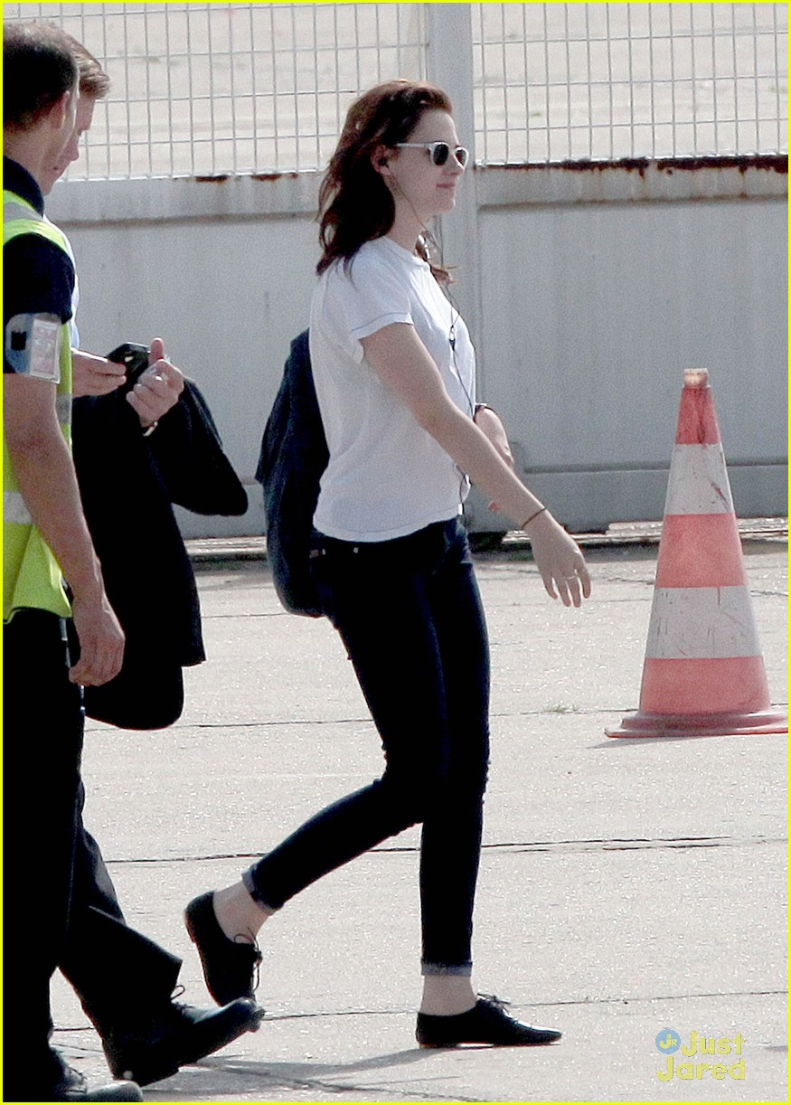kristen stewart private jet paris 02
