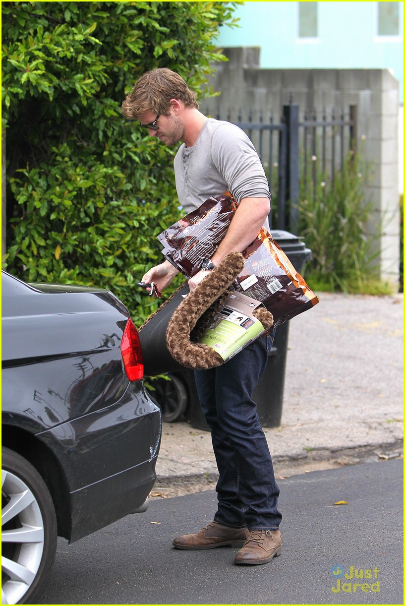 liam hemsworth puppy presents 07