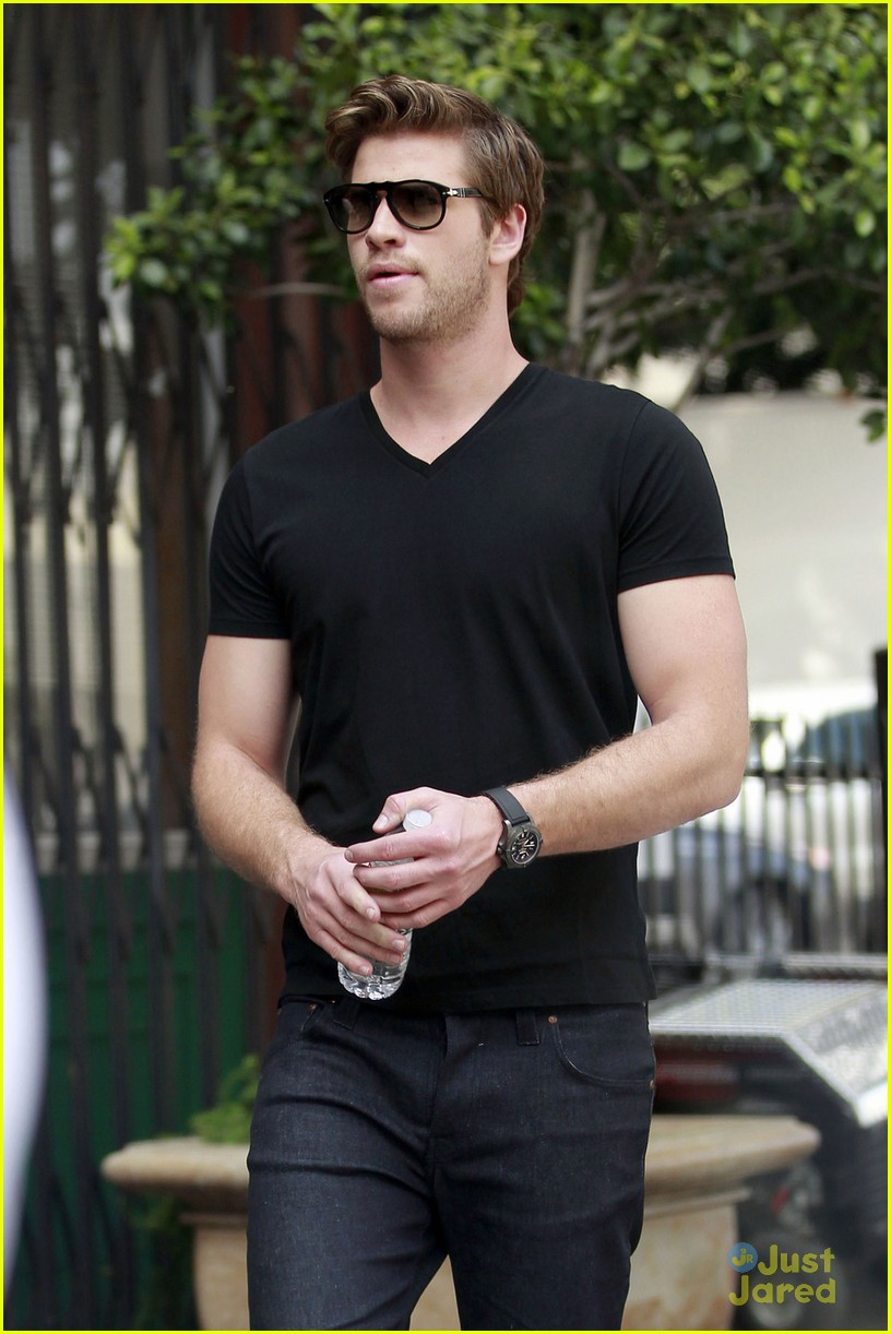 liam hemsworth mens health shoot 02