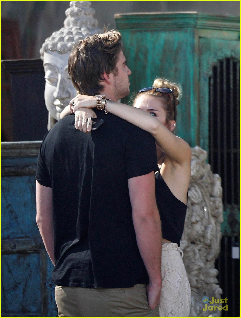 miley cyrus liam hemsworth garden 09