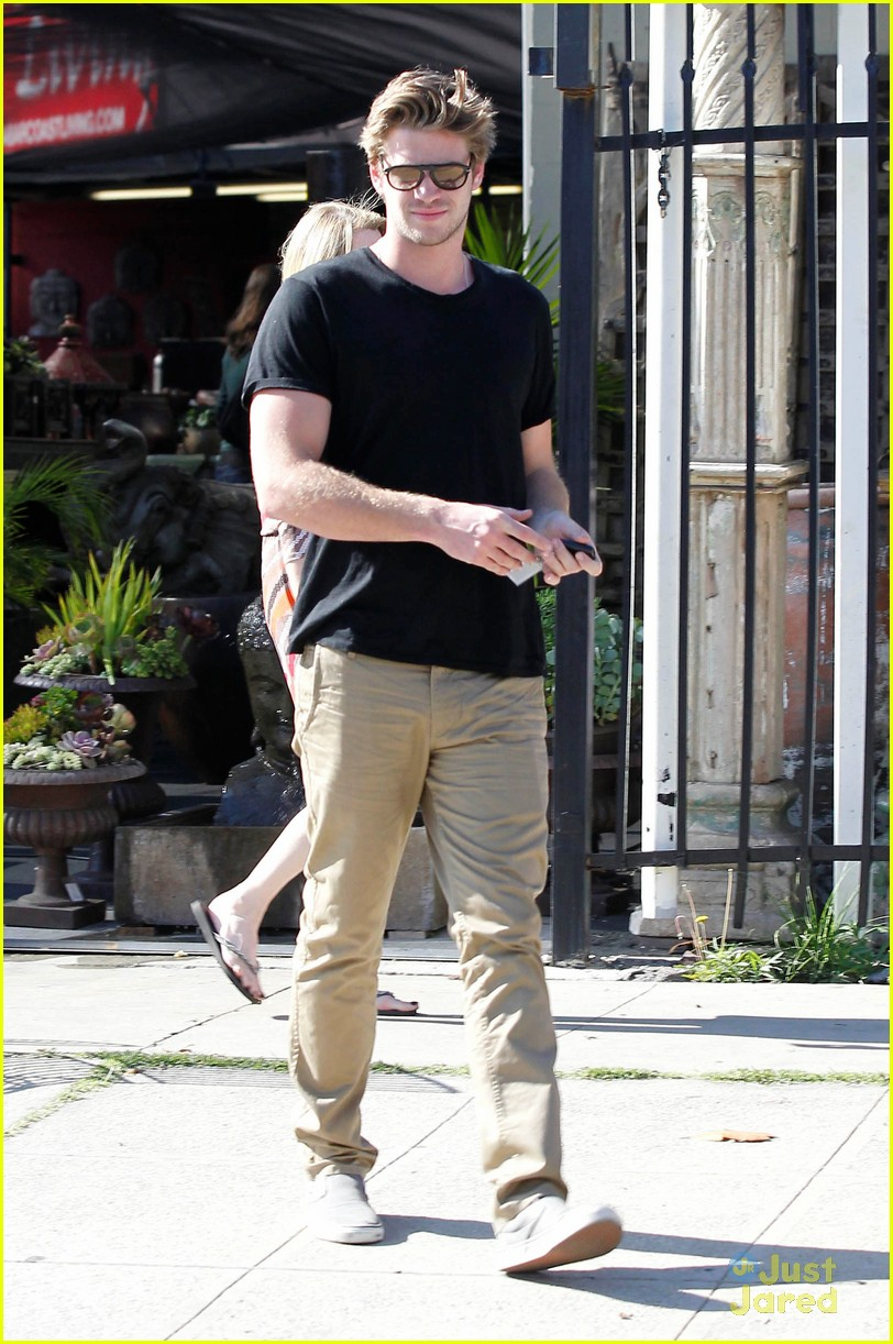 miley cyrus liam hemsworth garden 12