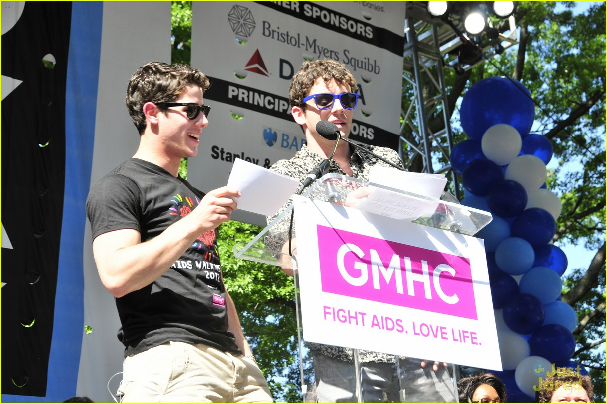 nick jonas aids walk nyc 03