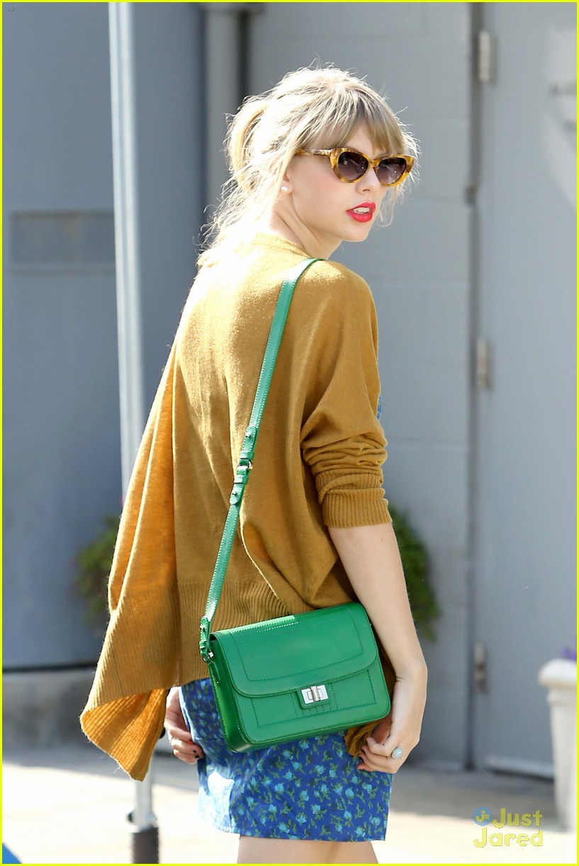 taylor swift green purse 05