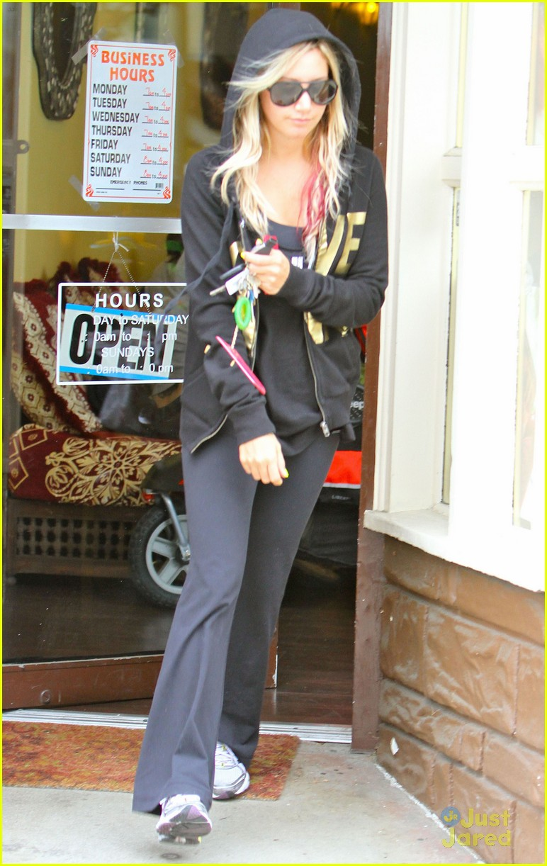 ashley tisdale nail appt 04