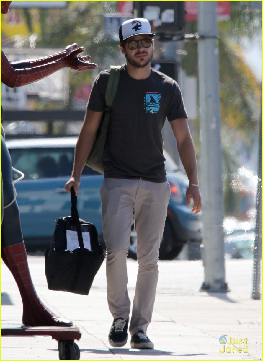 zac efron west hollywood stroll 03
