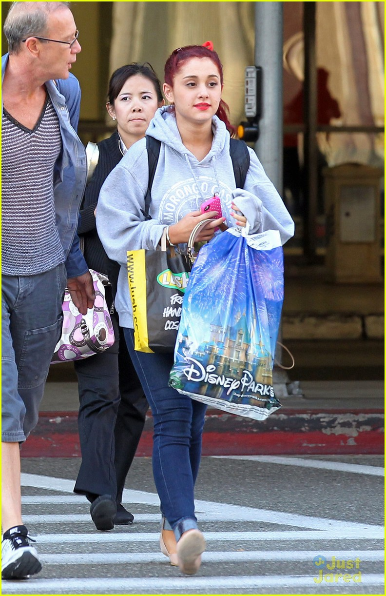 ariana grande lax arrival 02