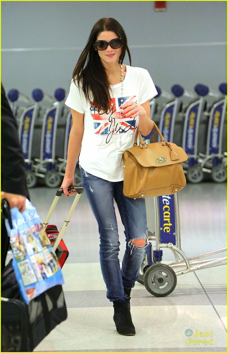 ashley greene lax jfk 04