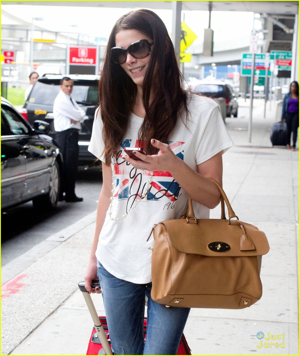 ashley greene lax jfk 05