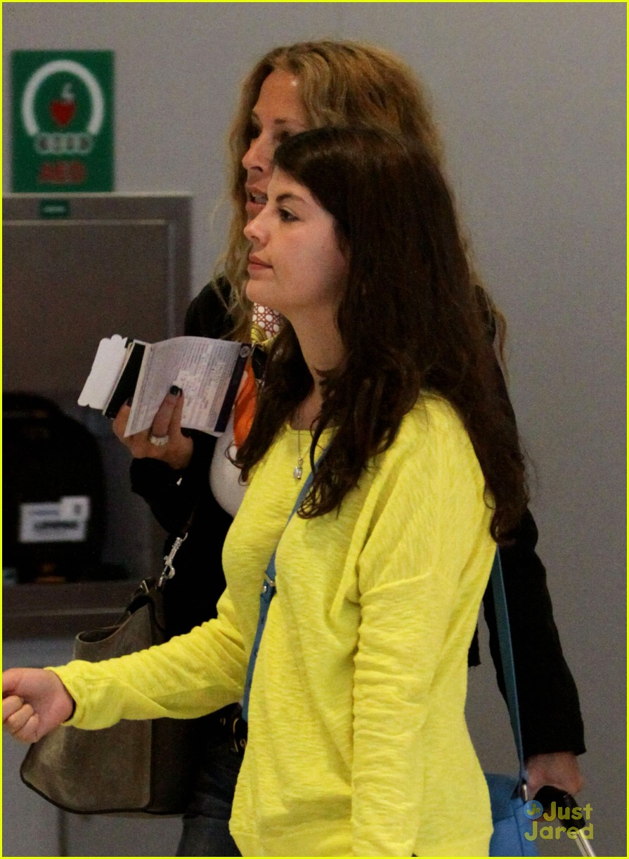 nikki yanofsky toronto airport 05