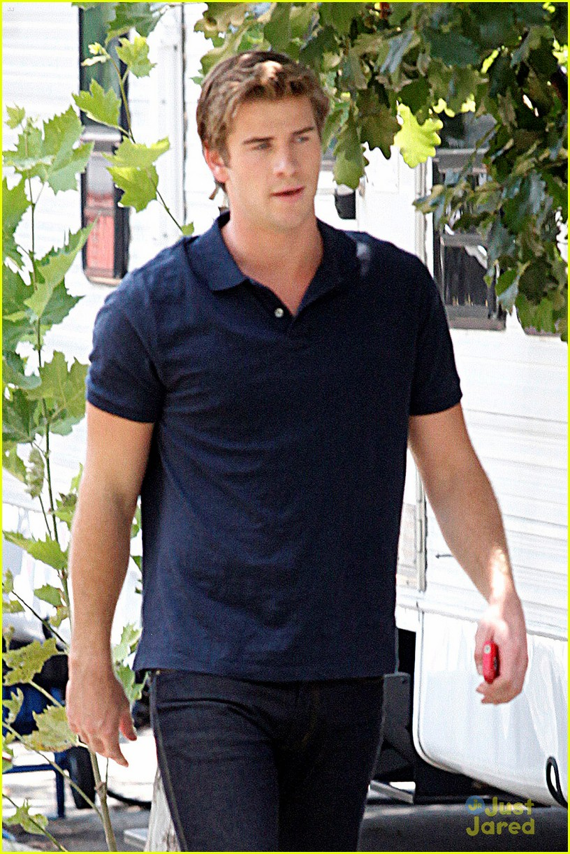 liam hemsworth paranoia film set 02