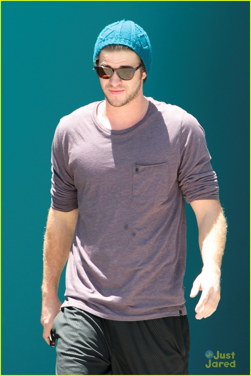 miley cyrus liam hemsworth skateboard sunday 08