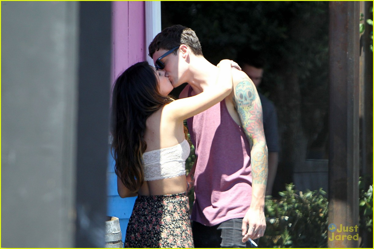 shenae grimes josh beech makeout 10