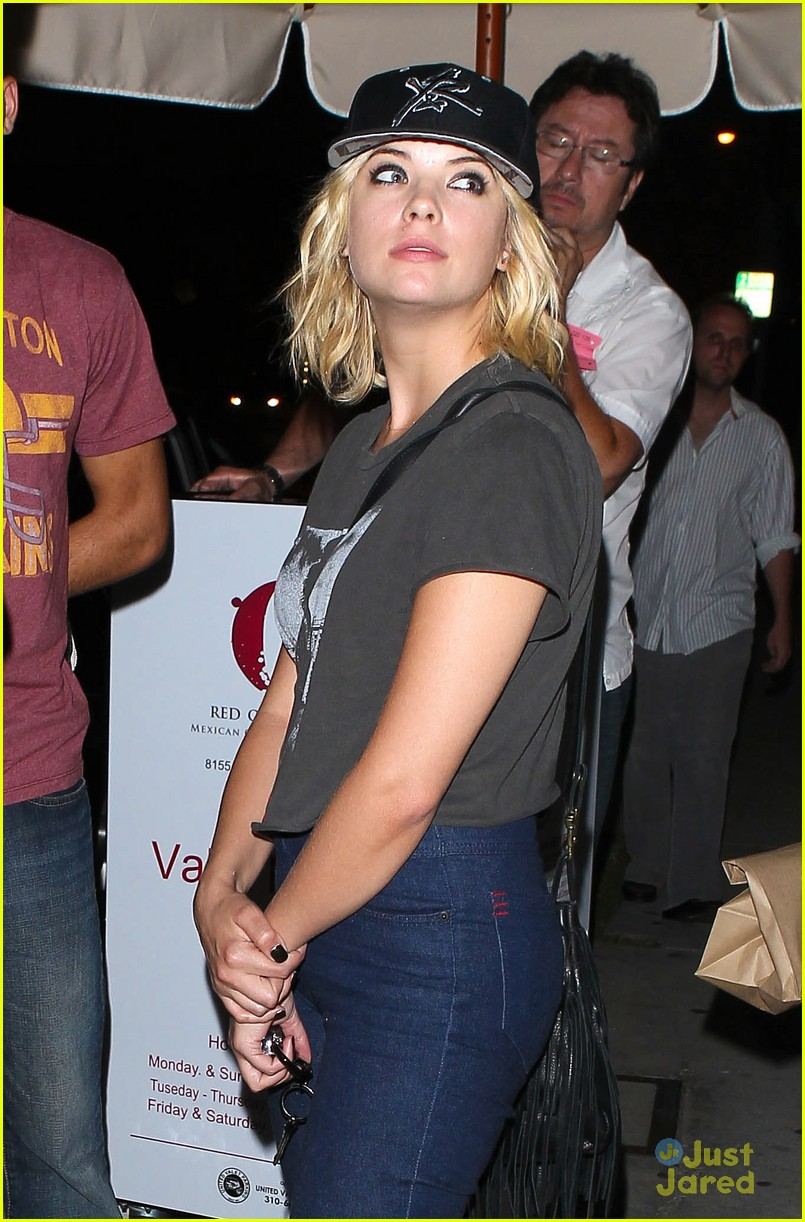 ashley benson taylor lautner red o 04