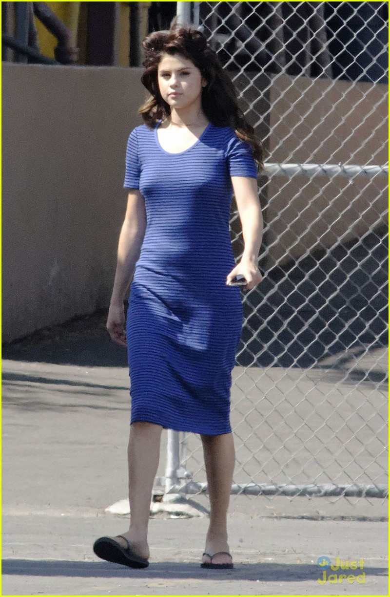 selena gomez hair curlers on parental guidance set 01