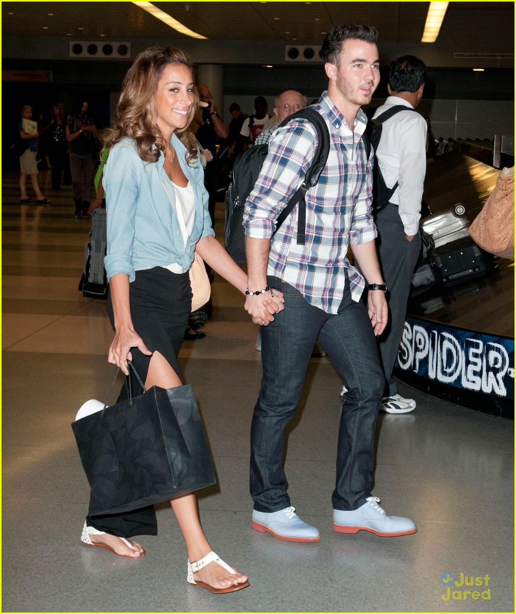 jonas brothers jfk arrival 03