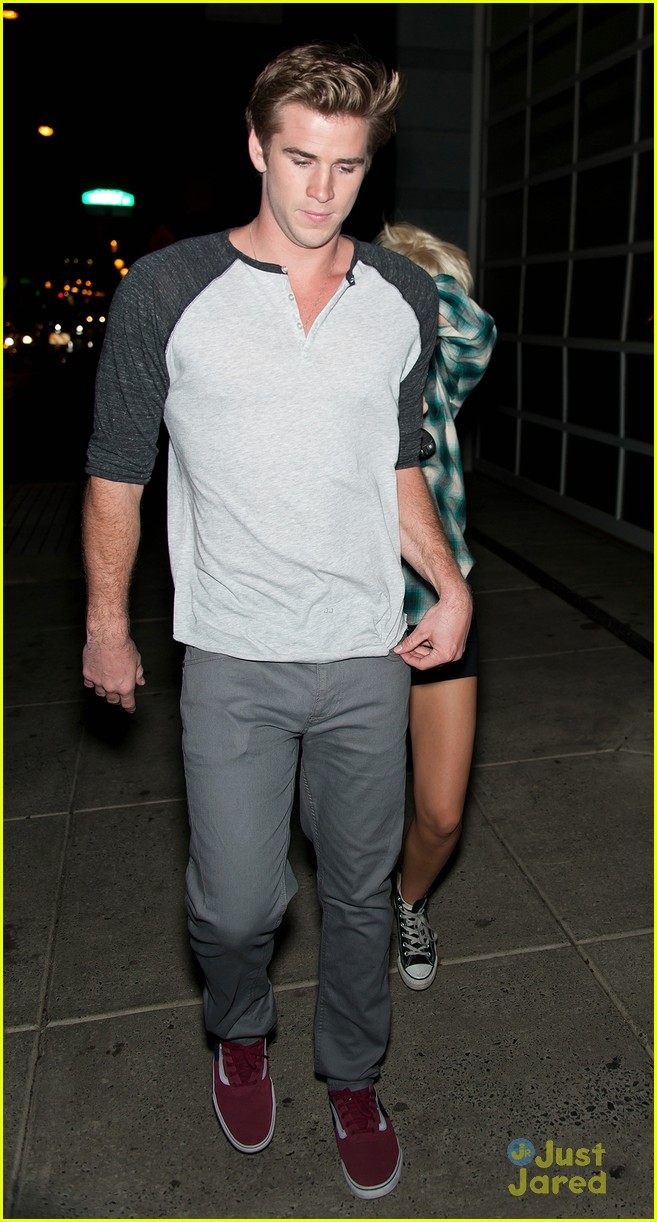 miley cyrus liam hemsworth hair hide 02