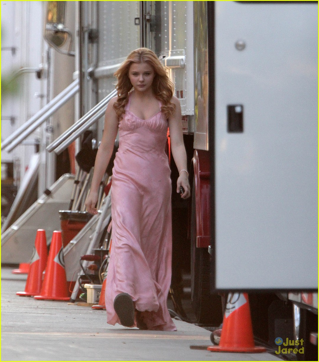 chloe moretz blood soaked on carrie set 14