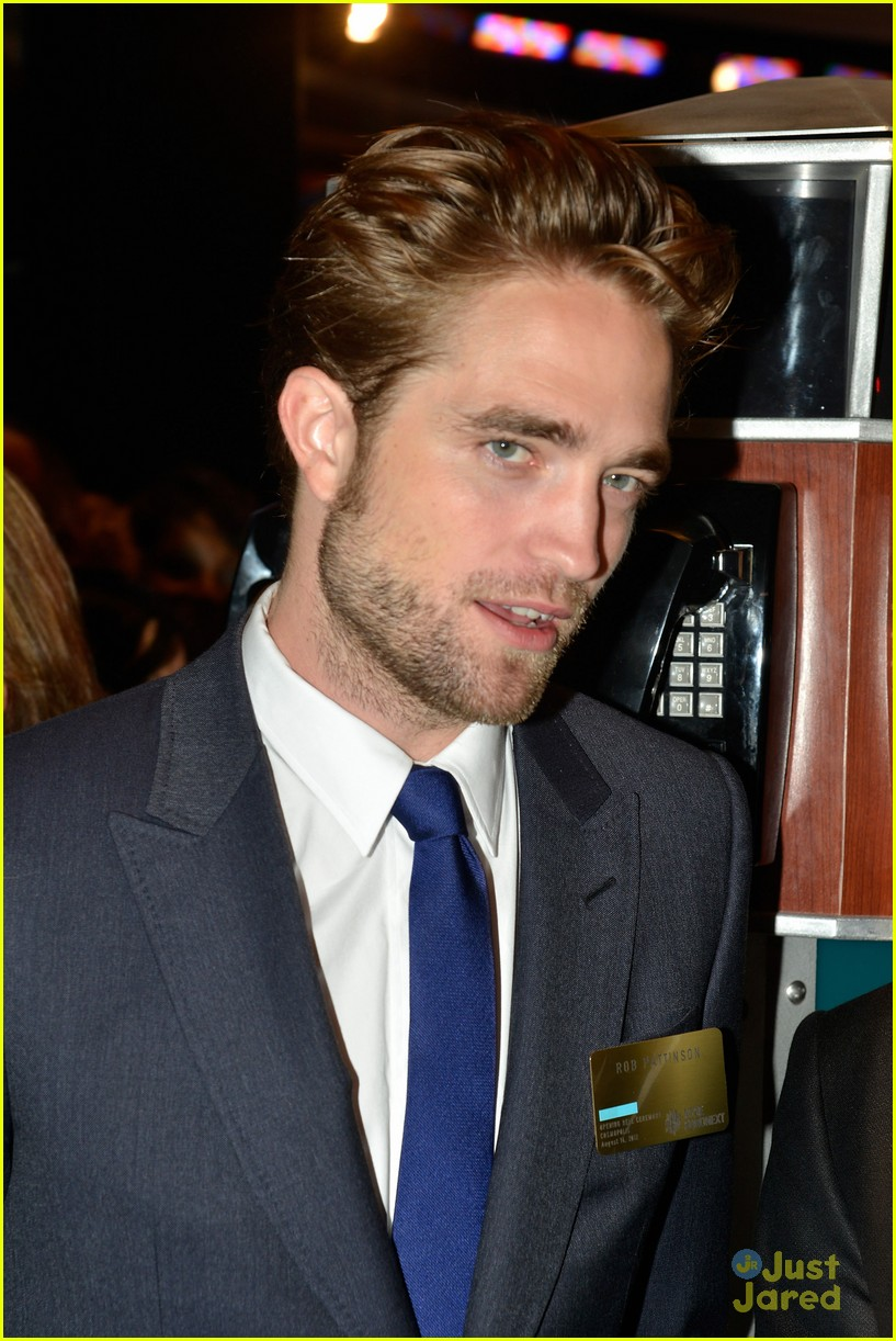 robert pattinson rings bell at new york stock exchange 10