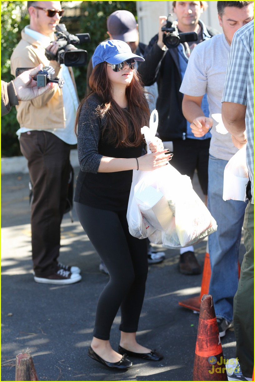 ariel winter farmers market 01