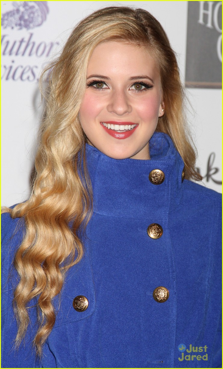 caroline sunshine stefanie scott christmas parade 13