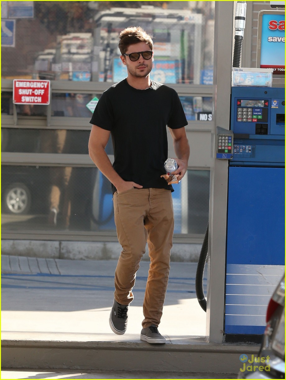 zac efron gas station stop 07
