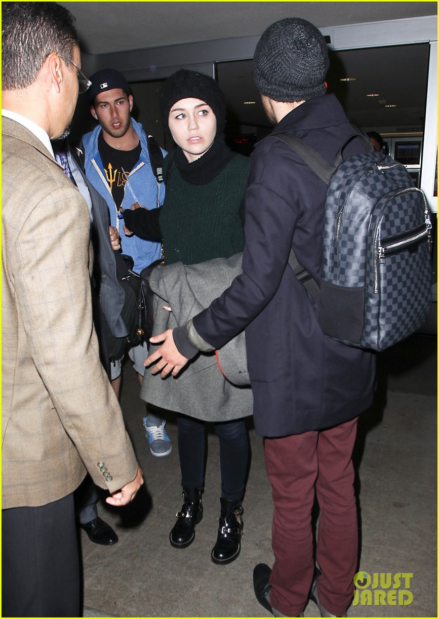 liam hemsworth picks miley cyrus up from lax 01