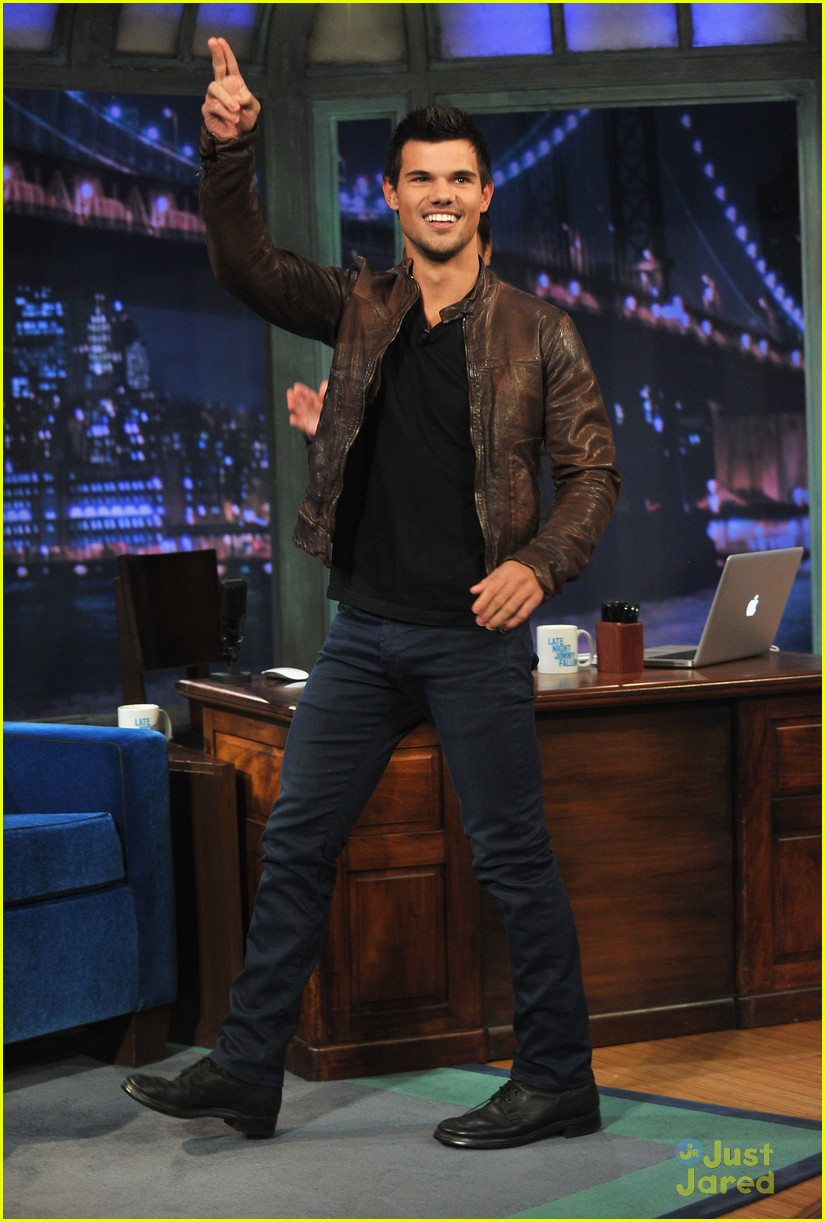 taylor lautner late night race 03
