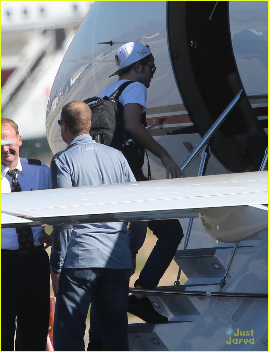 robert pattinson kristen stewart private plane 03