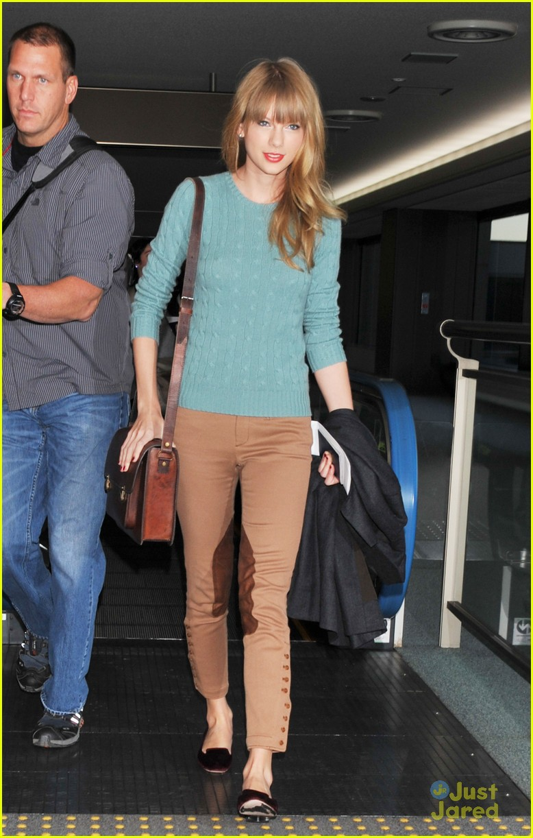 taylor swift tokyo airport 01