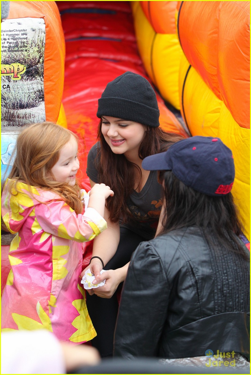 ariel winter sofia christmas parade 03
