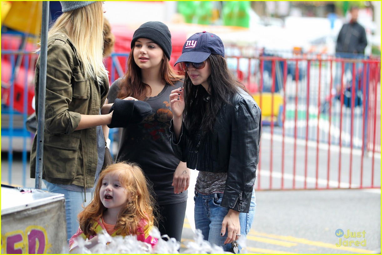 ariel winter sofia christmas parade 04