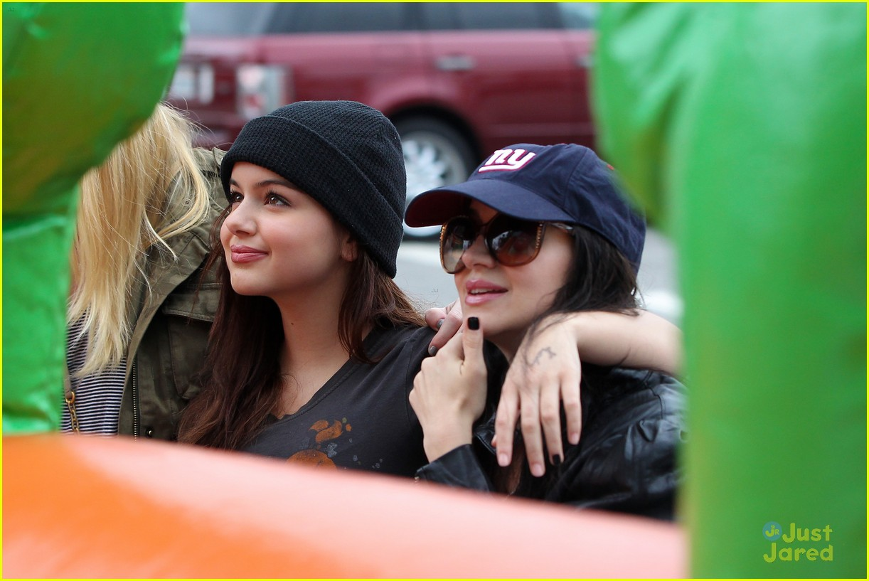 ariel winter sofia christmas parade 14