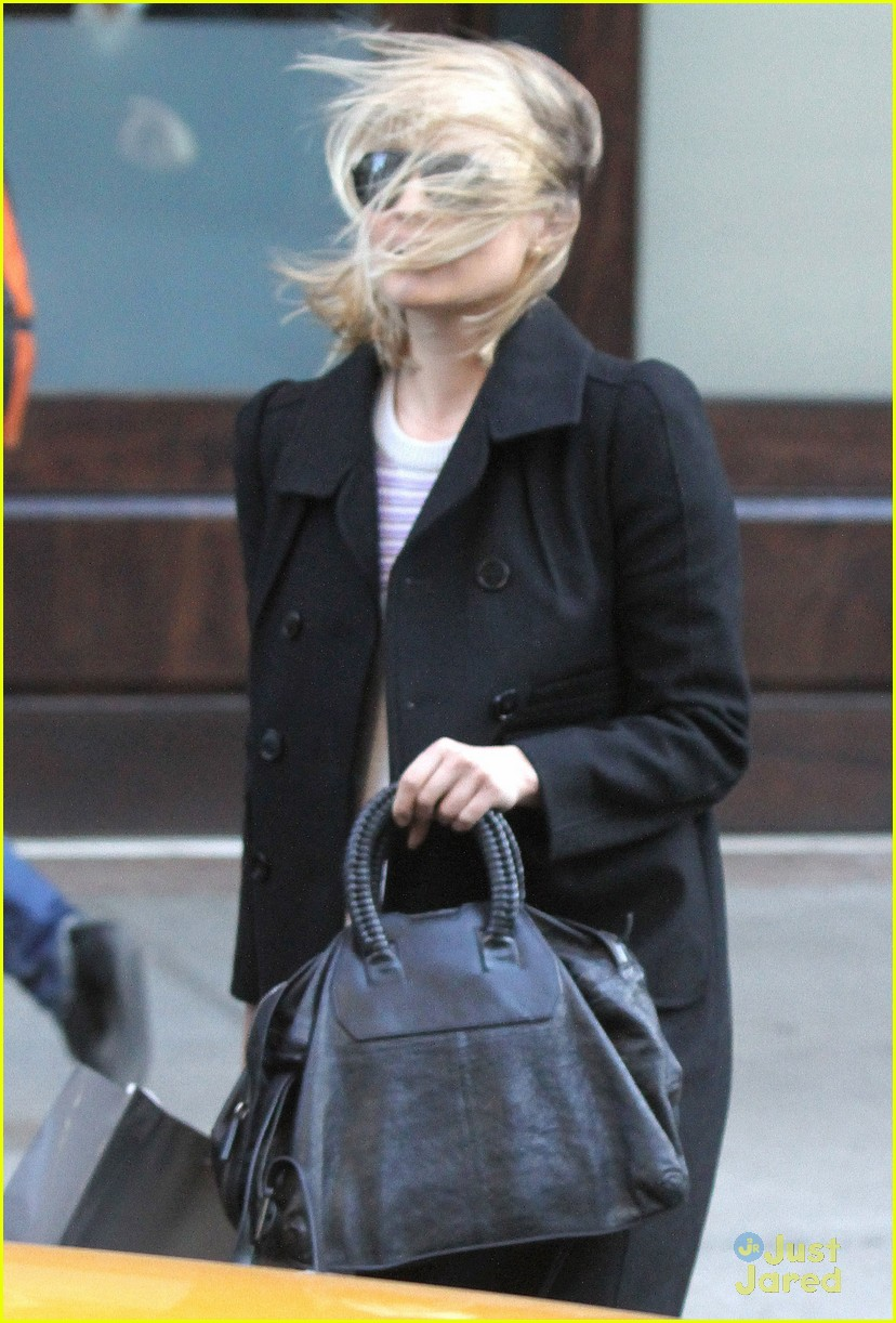 dianna agron wind hair shopping 04