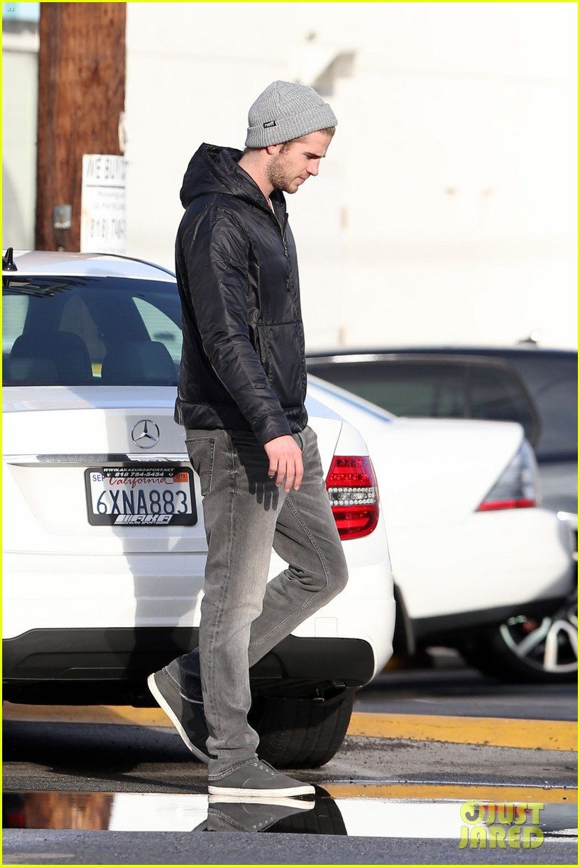 liam hemsworth shopping with mom dad 02