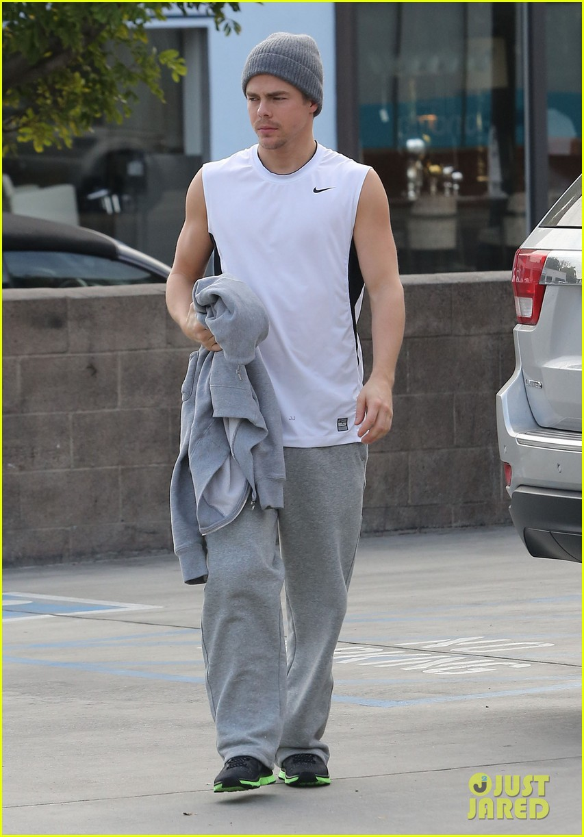 derek hough lunch at california pizza kitchen 01