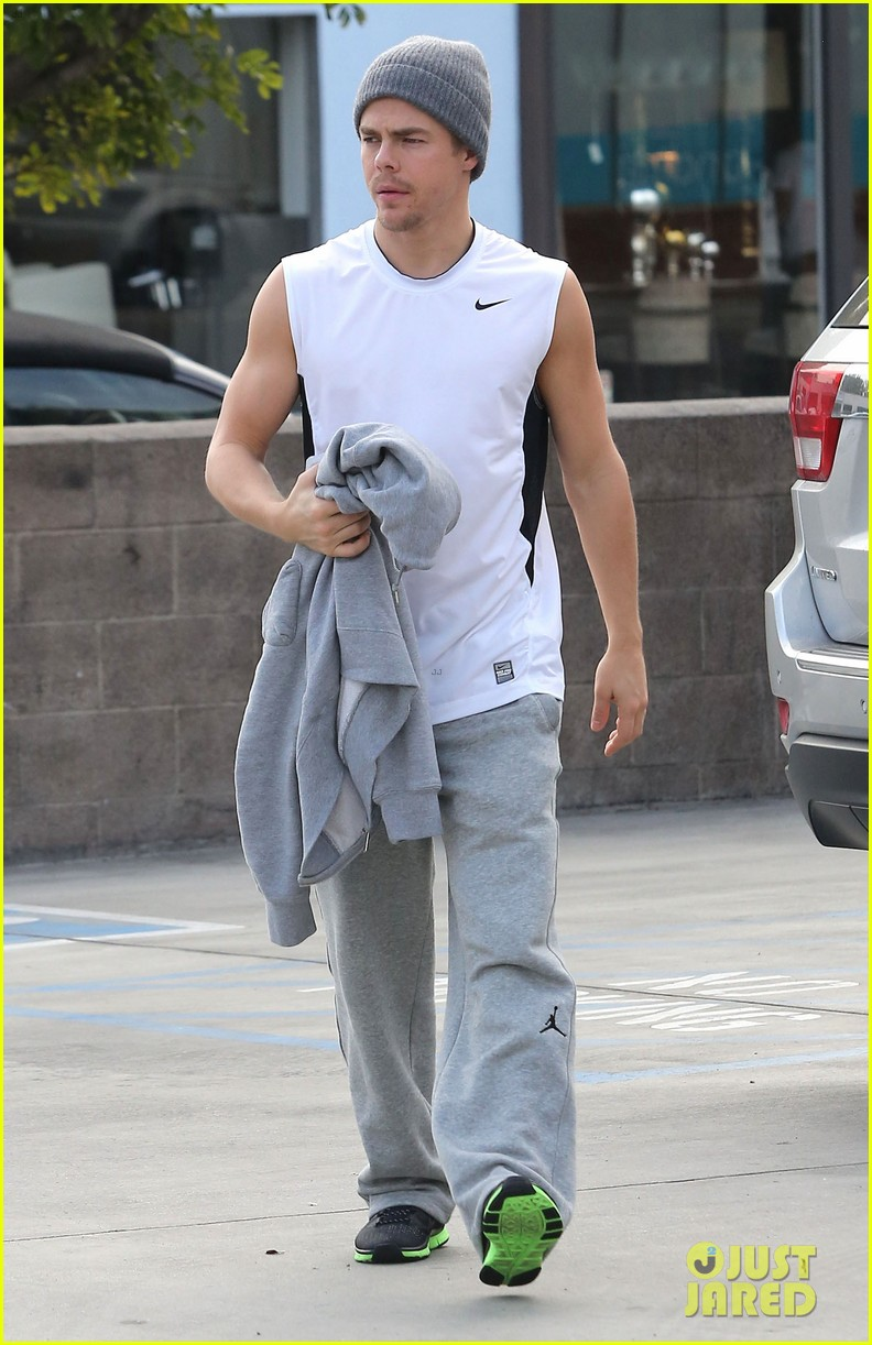derek hough lunch at california pizza kitchen 05