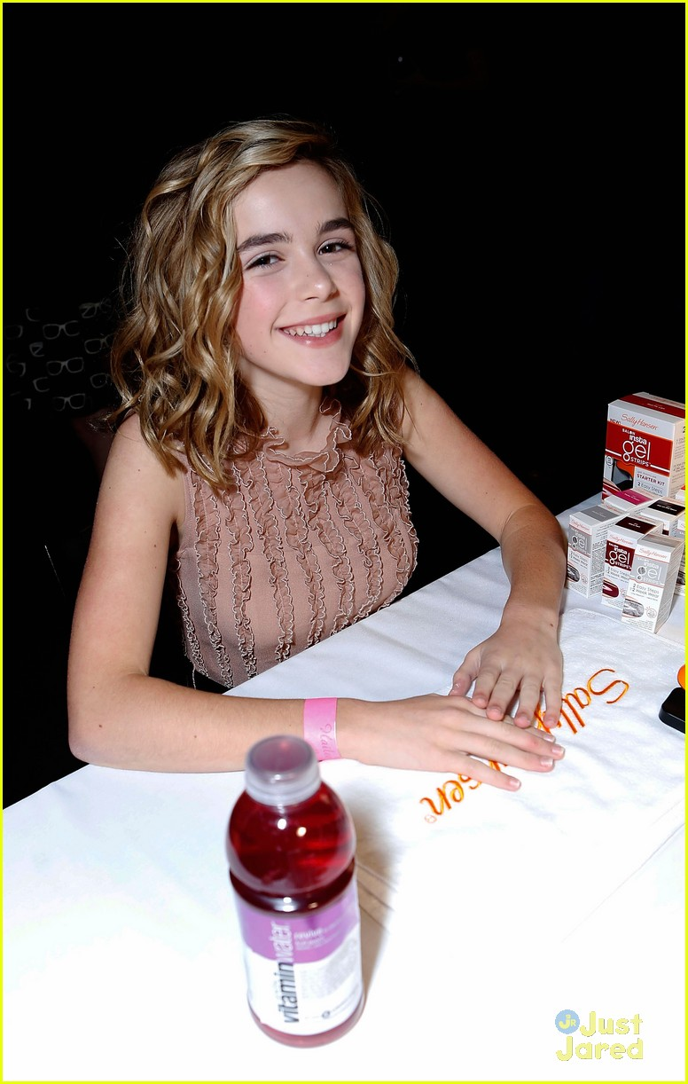 kiernan shipka hailee party 09