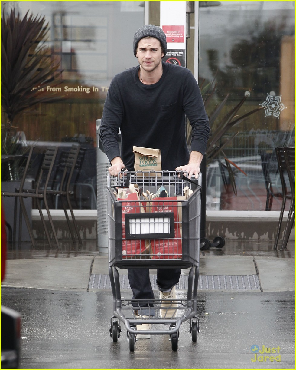 liam hemsworth shopping chris 01