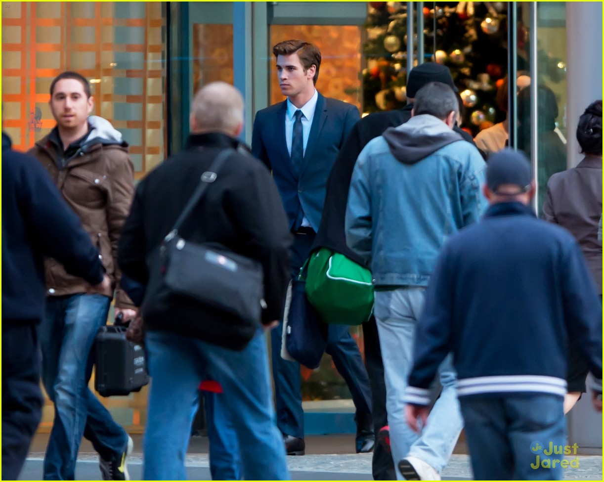 liam hemsworth paranoia night shoots 04