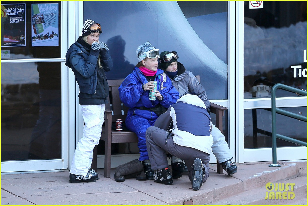 jesse mccartney hits the slopes 18