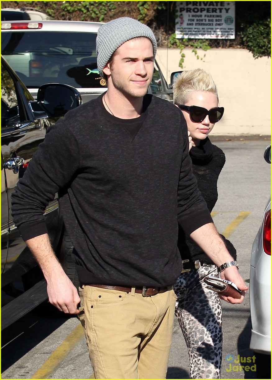 miley cyrus liam hemsworth holding hands at starbucks 02