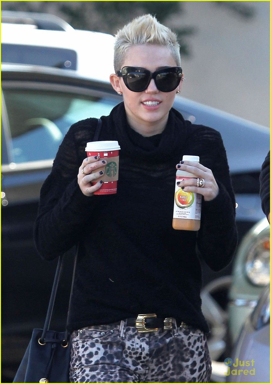 miley cyrus liam hemsworth holding hands at starbucks 04